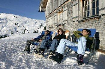 Gemütliche Hütten und Sonnenstühle sind im Skigebiet Diedamskopf perfekt für eine Pause zwischen den Abfahrten.