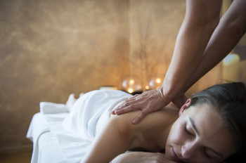 Bei einer entspannenden Massage kannst du den Alltag eine Weile hinter dir lassen