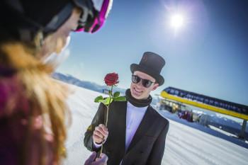 Zum Rosenkavalier wird der Pistenhelfer am Valentinstag.