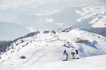 Über 50 schneesichere Pistenkilometer erwarten Wintersportler im Skigebiet.