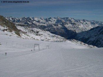 In Sölden hast du am Tiefenbachgletscher eine herrliche Aussicht auf die Berge des Ötztals