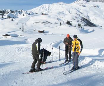 Ein seltenes Bild in der heutigen Zeit: Skifahrer ohne Helm