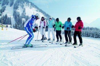 Mit einem Skilehrer machen sich die Wintersportler fit für ihren Pisten-Führerschein.