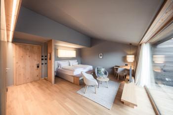 Moderne komfortable Zimmer bieten dir einen entspannten Rückzugsort.