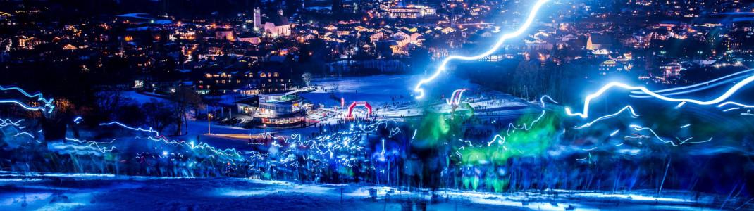 Wie Blitze schlängeln sich die Stirnlampen der Teilnehmer durch die Nacht.