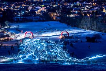 Wie Glühwürmer zieht sich der Strom der Teilnehmer den Berg hinauf.