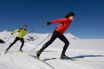 Skier, Schuhe, Stöcke und die passende Kleidung - viel mehr brauchen Langläufer nicht.
