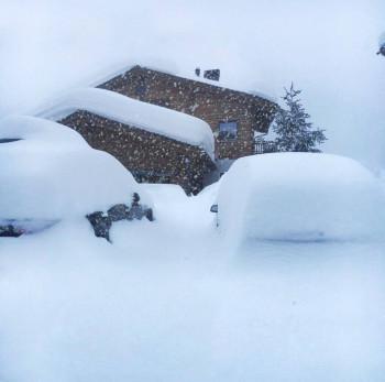 Zugeschneite Autos im italienischen Skiort Livigno in der Lombardei.