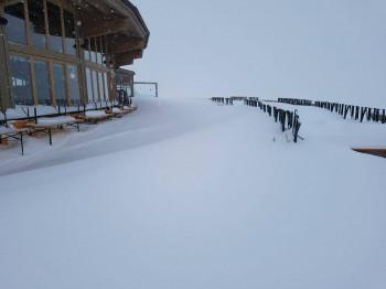 Verschwunden in den Schneemassen: Die Bierbänke auf der Sonnenterrasse des Restaurant Schwarzkogl in Sölden.