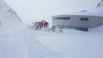 Am Stubaier Gletscher hat es selbst Schneeraupen eingeschneit.