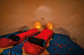 Expeditions-Schlafsäcke sorgen im Iglu Hotel für kuschelige Nächte.