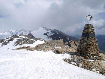 """Die """"Ötzi""""-Fundstelle (r.) am Schnalstaler Tisenjoch (3.210 m) mit der Nordflanke des Similaun im Hintergrund."""