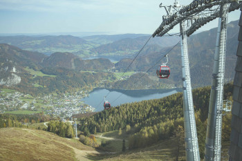 Die Kabinen der neuen Zwölferhorn Seilbahn sind wieder rot und gelb gestaltet.