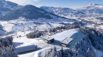 Am Gipfel des Natrun im Skigebiet Hochkönig entstehen die beiden Stationsgebäude der Natrun- und Sonnbergbahn direkt nebeneinander.