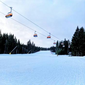 Dámská ist die dritte Sesselbahn mit Wetterschutzhaube im Skigebiet Klínovec.