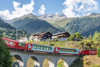 In Sedrun besteht Anschluss vom Glacier Express zur neuen Luftseilbahn.