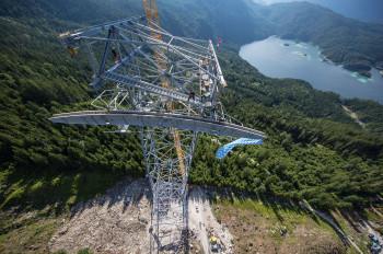 Architektonische Meisterleistung am malerischen Eibsee: Die neue Stahlstütze ist mit 127 Metern die höchste der Welt.