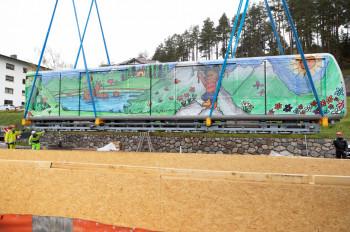 Das Einheben der neuen Waggons über die geöffnete Tunneldecke am Ortseingang war Präzisionsarbeit.