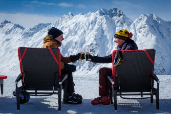 Pete (Will Ferrell) genießt den den Ausblick am Alpenhaus in Ischgl.