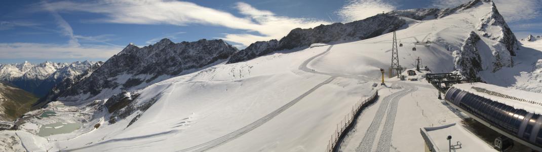 In eine weiße Winterlandschaft hat sich der Rettenbachgletscher in Sölden verwandelt. Am Schlepplift Karleskogel (rechts oben im Bild) soll am 9. September der Skibetrieb starten.