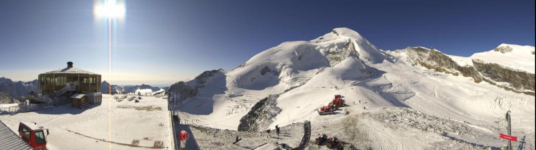 Ausblick vom Drehrestaurant Mittelallalin auf das Sommer-Skigebiet in Saas-Fee.