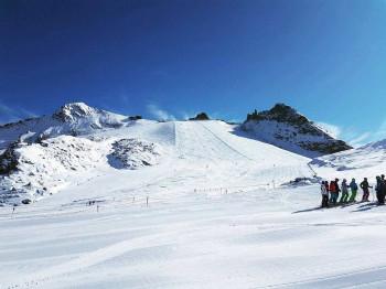 Gute Pistenbedingungen herrschen nach dem Neuschnee jetzt auch wieder im Ganzjahresskigebiet am Hintertuxer Gletscher.