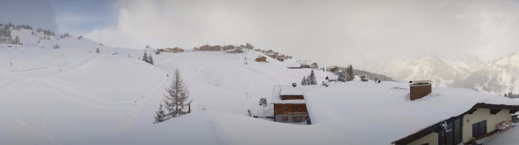Verschneiter Ausblick vom Hotel Goldener Berg in Oberlech. (Dienstag, 18. April)