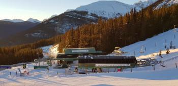 Die Maskenpflicht gilt bei vielen Skigebieten auch beim Anstehen und in den Liften.