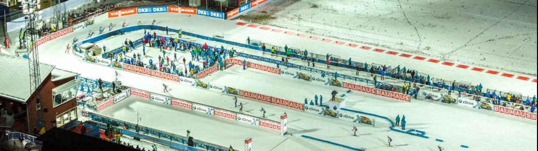 Die Rennen in Östersund finden großteils unter Flutlicht statt.