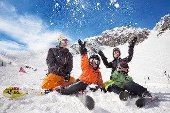 Mit speziellen Familienangeboten macht der Skiurlaub mit Kindern gleich doppelt Spaß.