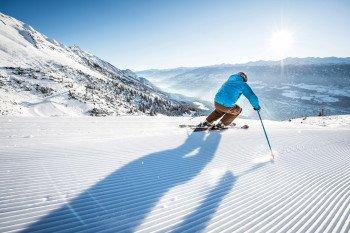 Beim Skifahren auf der Nordkette kannst du von der Piste aus über Innsbruck schauen.