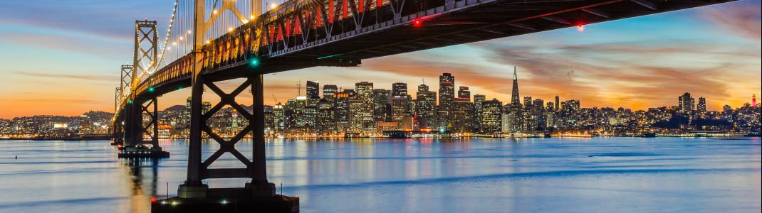 Bay Bridge mit der Skyline von San Francisco im Hintergrund