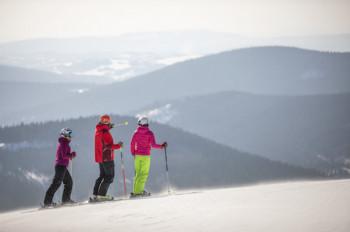 Im Skigebiet Spindlermühle sparen Senioren bereits ab 60 Jahren.