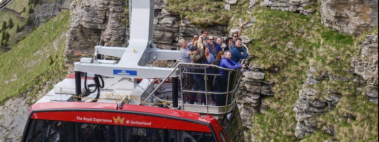 Maximal 10 Gäste haben zusammen mit dem Bergbahnmitarbeiter auf dem Freiluftbalkon Platz.
