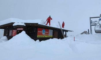 Nach den ersten 70cm Neuschnee wurde am Hintertuxer Gletscher vorsichtshalber schonmal das Dach der Skischulhütte geräumt.