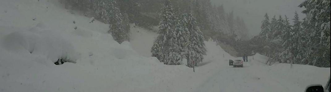 Eine Lawine versperrte die Zufahrtsstraße am Stubaier Gletscher. Mehrere Skifahrer waren da gerade auf dem Heimweg.