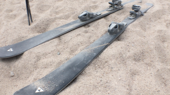 On sand you go skiing with traditional skis as they are also used in alpine skiing in winter.
