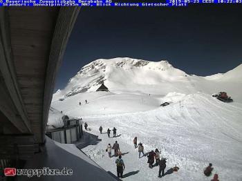 Aktueller Ausblick vom Gletscherrestaurant SonnAlpin auf der Zugspitze.