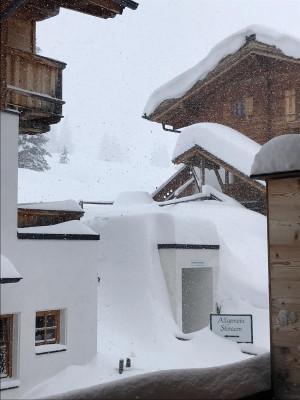 Zwischen den Ferienwohnungen in Silberleiten in der Zillertal Arena türmt sich der Schnee meterhoch.