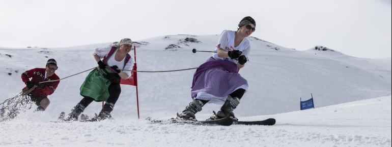 Der Kleiderwahl sind beim Seilrennen in Hochfügen keine Grenzen gesetzt.