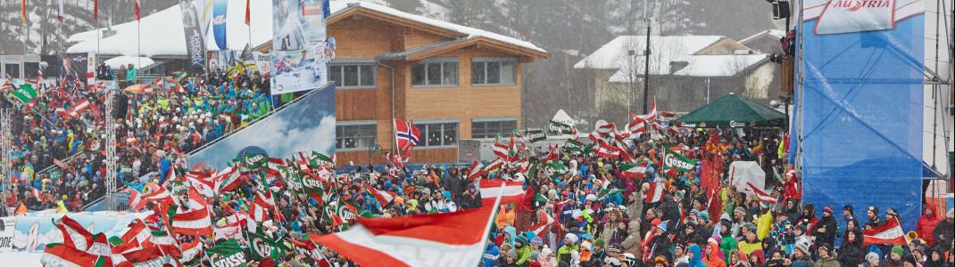 Die Fans fiebern im Zielareal an der Zwölferkogel Talstation mit.