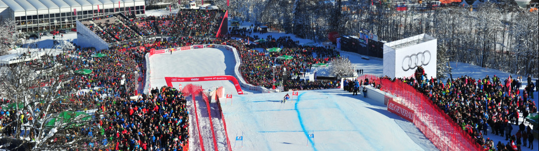 Mit bis zu 140 km/h springen die Profis in Kitzbühel über die letzte Kante zum Zielschuss.