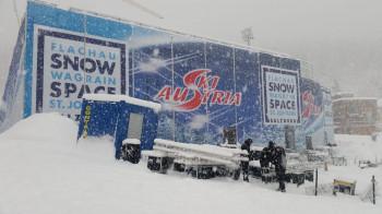 Im dichten Schneetreiben wurde die Tribüne für die Zuschauer fertig aufgebaut.