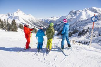 Für Familien geht es fortan direkt vom Hotel in Warth hinauf auf die Pisten am Arlberg.