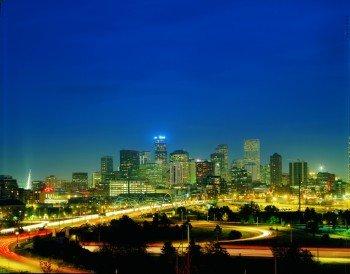 Die beeindruckende Skyline von Denver in der Abenddämmerung.