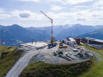 Im Sommer 2017 laufen die Arbeiten an der neuen Bergstation Schlossalm-Bahn auf Hochtouren. Hierfür wurde eigens eine Materialseilbahn errichtet.