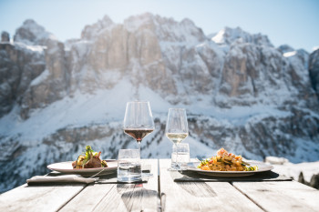 Beim Einkehrschwung erwarten dich köstliche Spezialitäten und ein traumhafter Ausblick auf die Dolomiten.