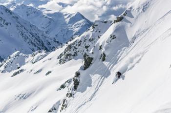Sicher unterwegs mit den Skijacken der neuen Active Piste Kollektion.