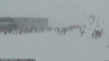 Many skiers had travelled to the reopened Stubai glacier to take advantage of the fresh snow, before the ski area closed at noon for security purposes.