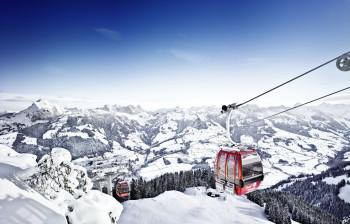 Mit dem Zug ins Skigebiet - das ist im legendären Skiort Kitzbühel gar kein Problem.